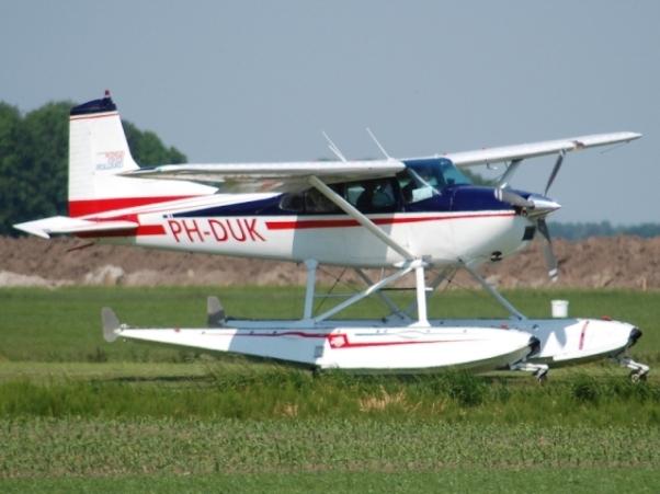 Piper pa 18 150 float plane ph pdl 1 32 klaar 10 9 2009